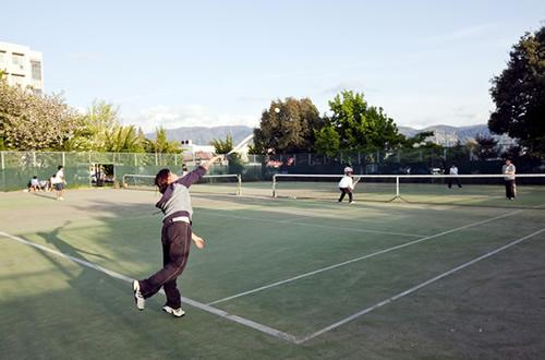 いつも賑わっているテニスコート