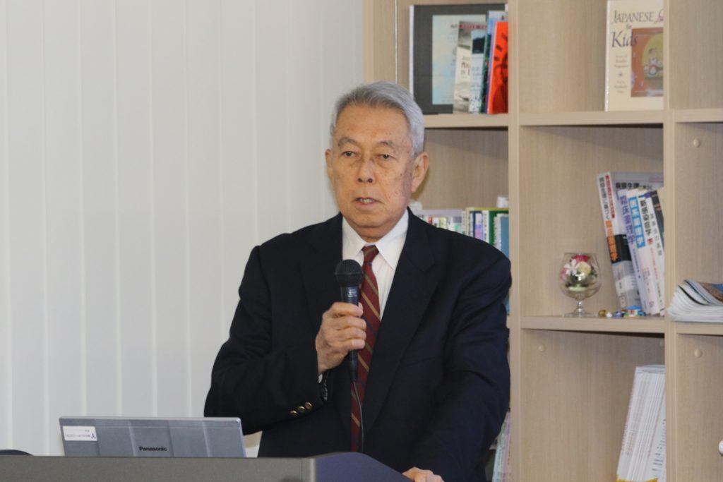 開会挨拶する岩﨑副学長