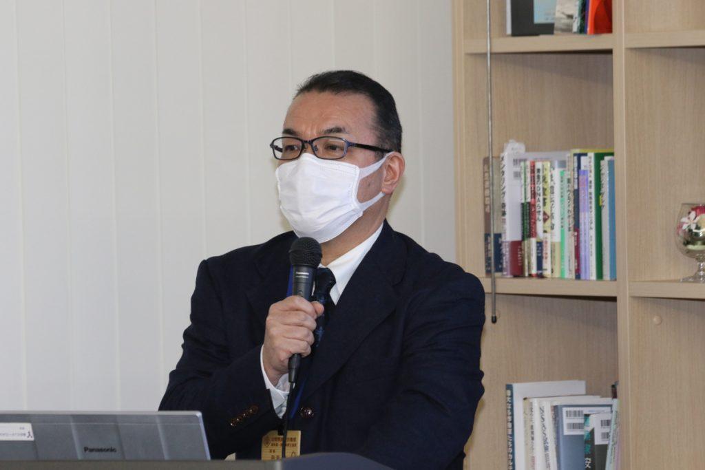 挨拶する丹沢課長(感染症予防の為、マスクを着用)