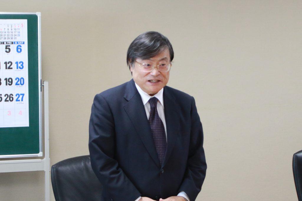 財団の支援に感謝を表す島田眞路学長