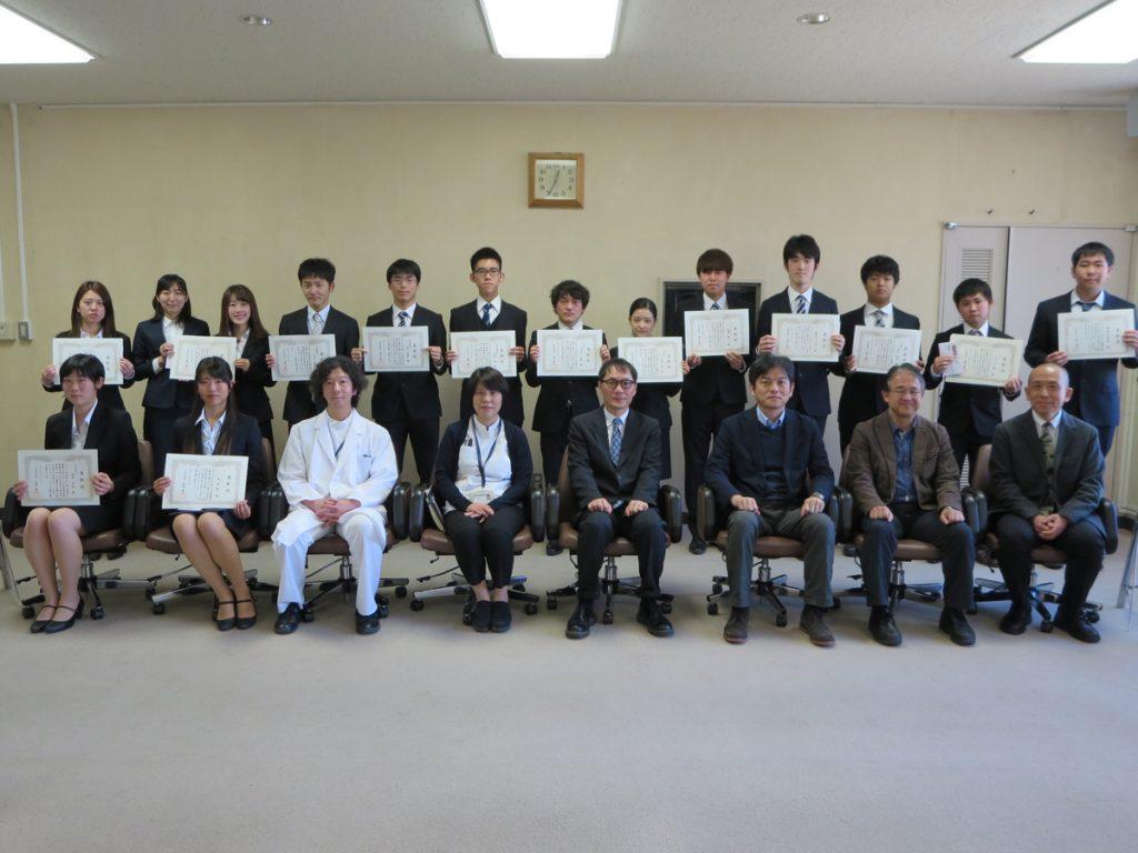 受賞者らによる記念撮影(医学部キャンパス)