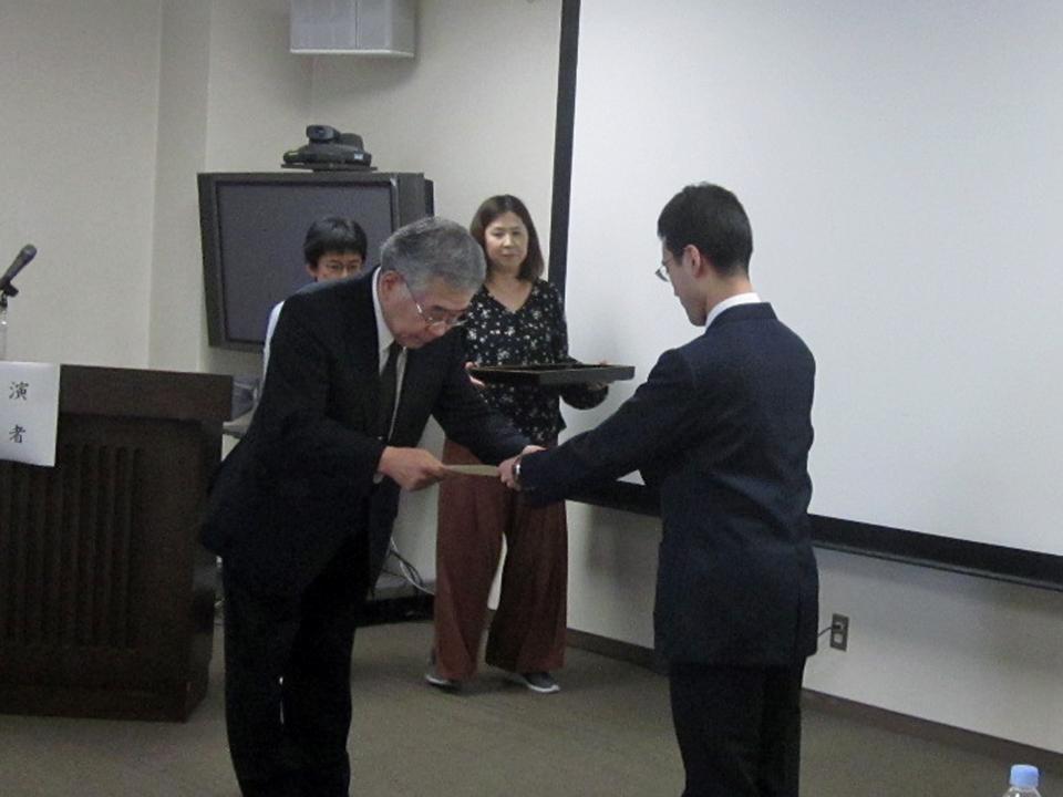 手塚副会長より証書を授与される小林千尋先生