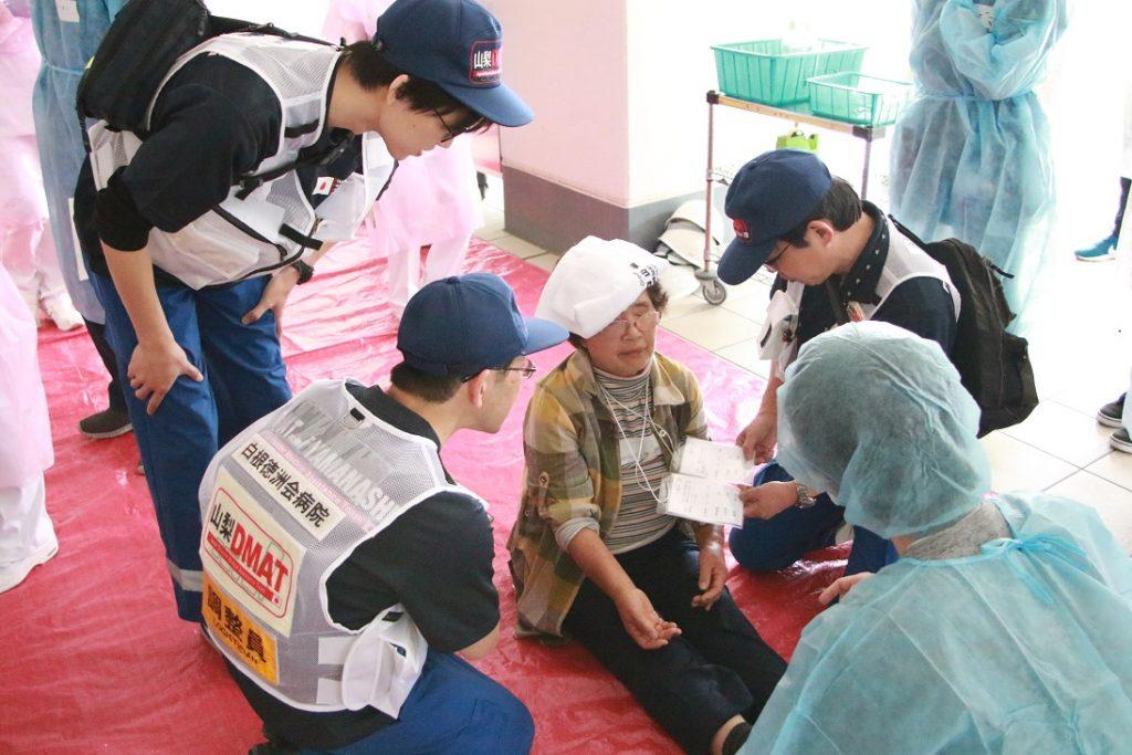 DMAT隊員による負傷者の診療 (白根徳洲会病院派遣)の写真