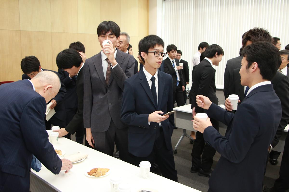 奨学生らによる交流会の写真