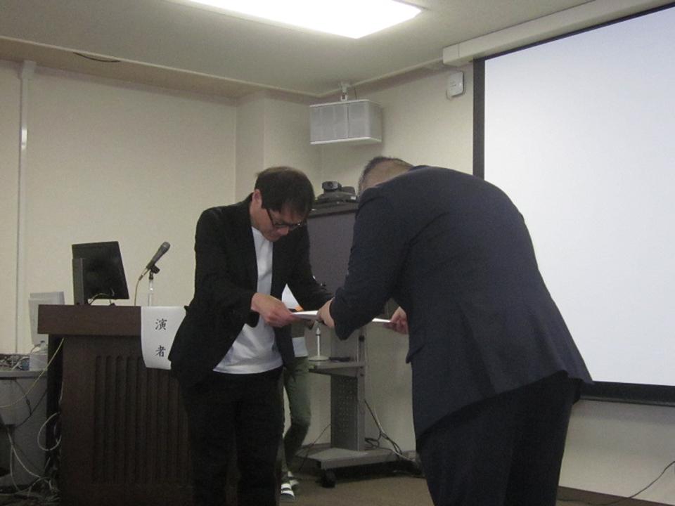 中尾会長より証書を授与される菊池長治先生の写真