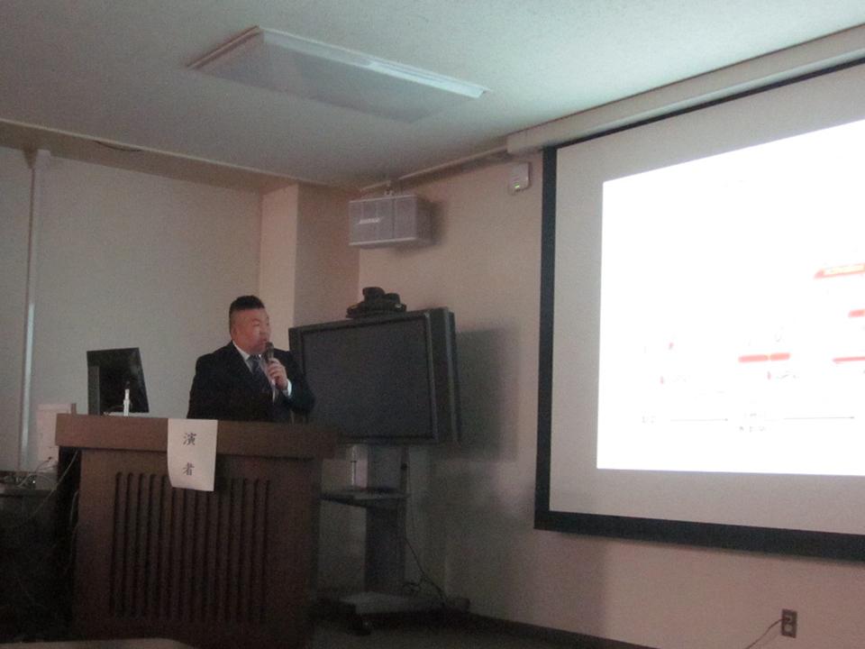 受賞記念講演をする菊池長治先生の写真