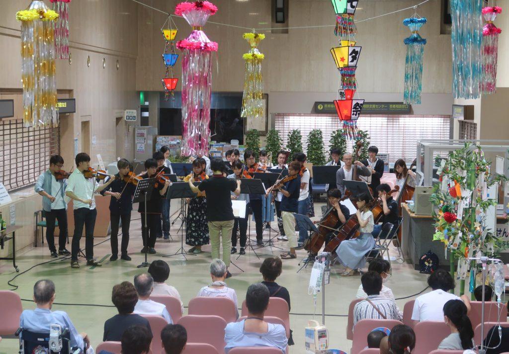 「医学部交響楽団」による演奏の様子