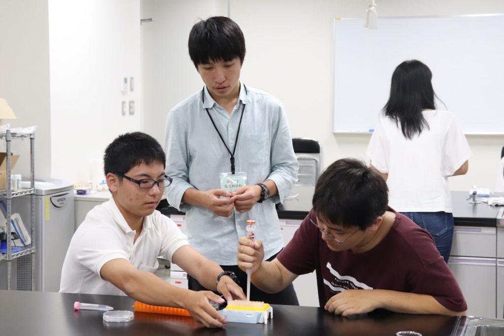 【生命環境学部】学生と一緒にミニ実験に挑戦している写真