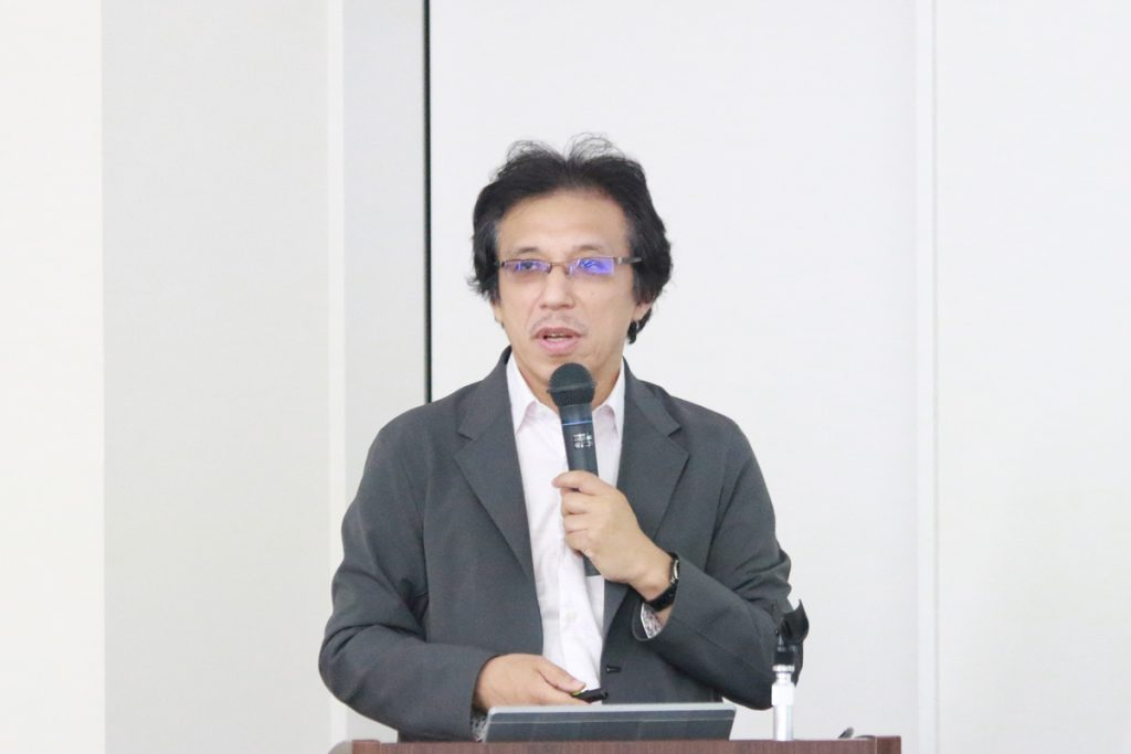 講演する小泉教授の写真