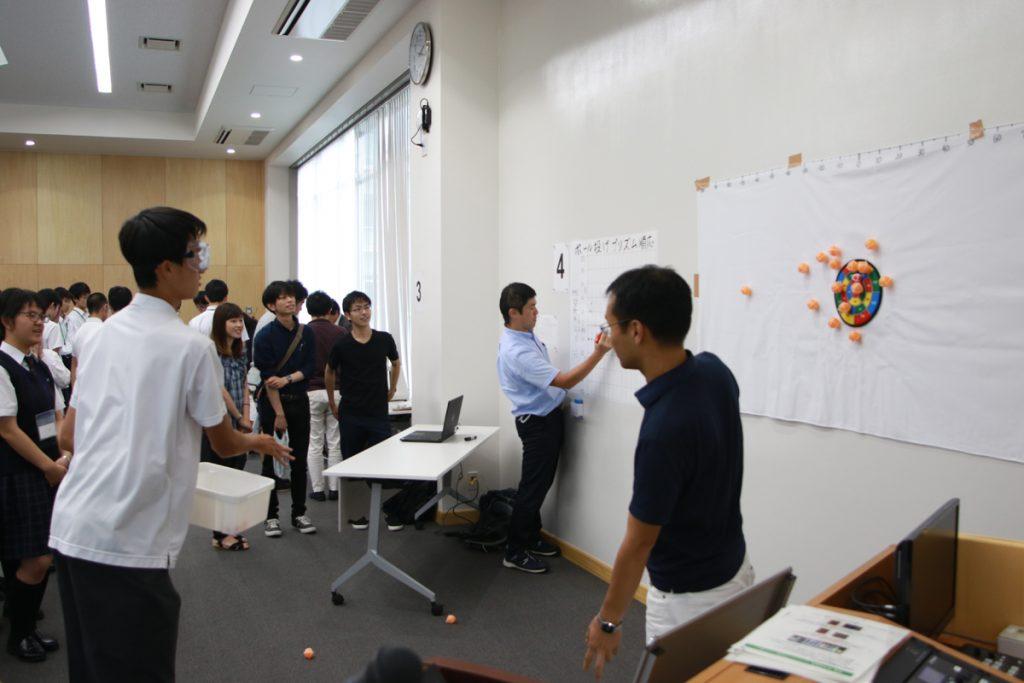模擬実習:ボール投げ『プリズム順応』を説明する様子