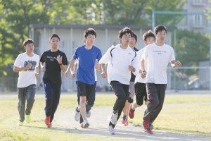 部活動で走る部員の写真