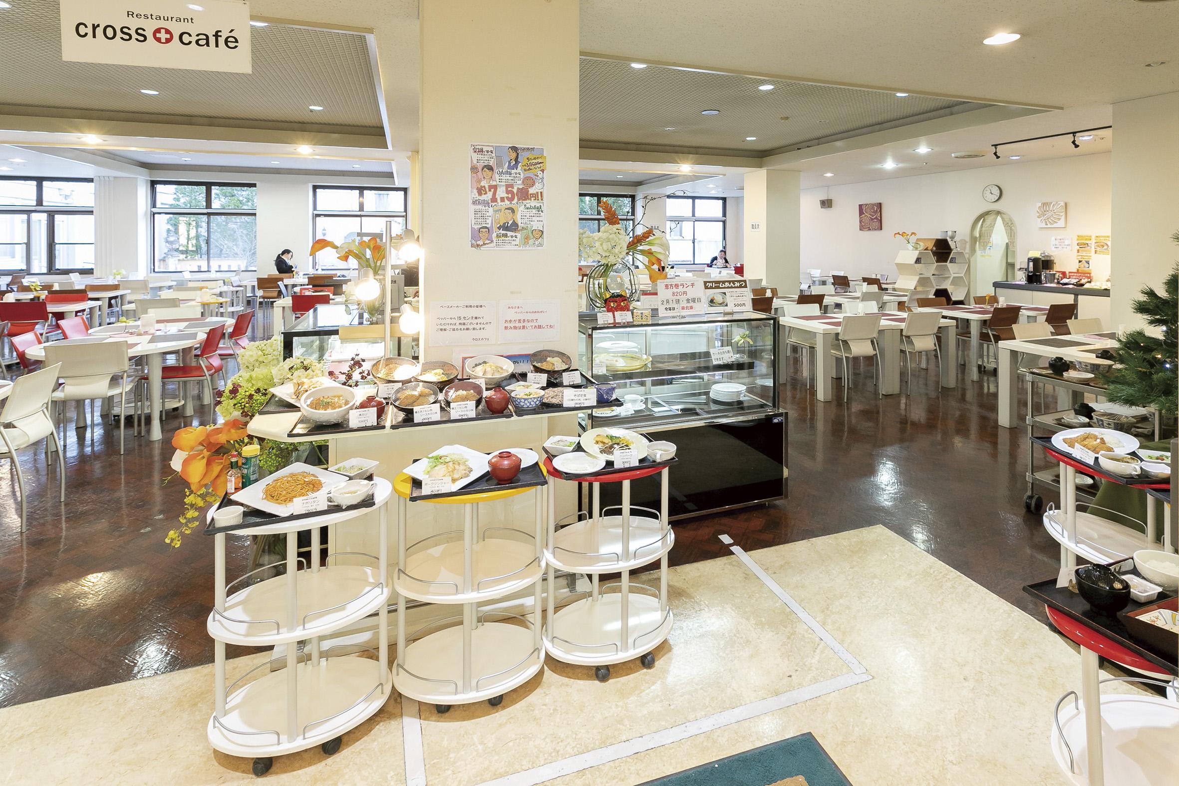開放感のあるレストラン「クロスカフェ」の店内の様子