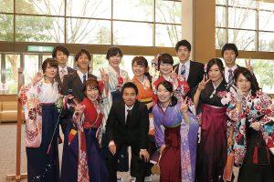 晴着を来た卒業生たちの写真