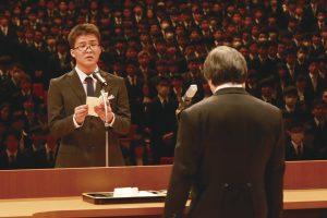 入学式で代表の挨拶をする新入生の写真