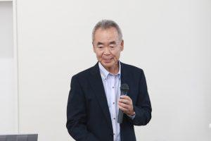 開会挨拶する早川理事・副学長の写真