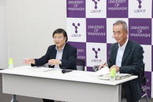 記者発表に臨む島田学長、早川正幸理事・副学長