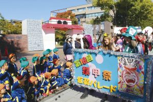 梨甲祭での仮装パレードの様子