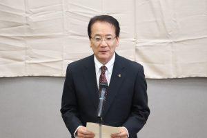祝辞を述べる小島部長
