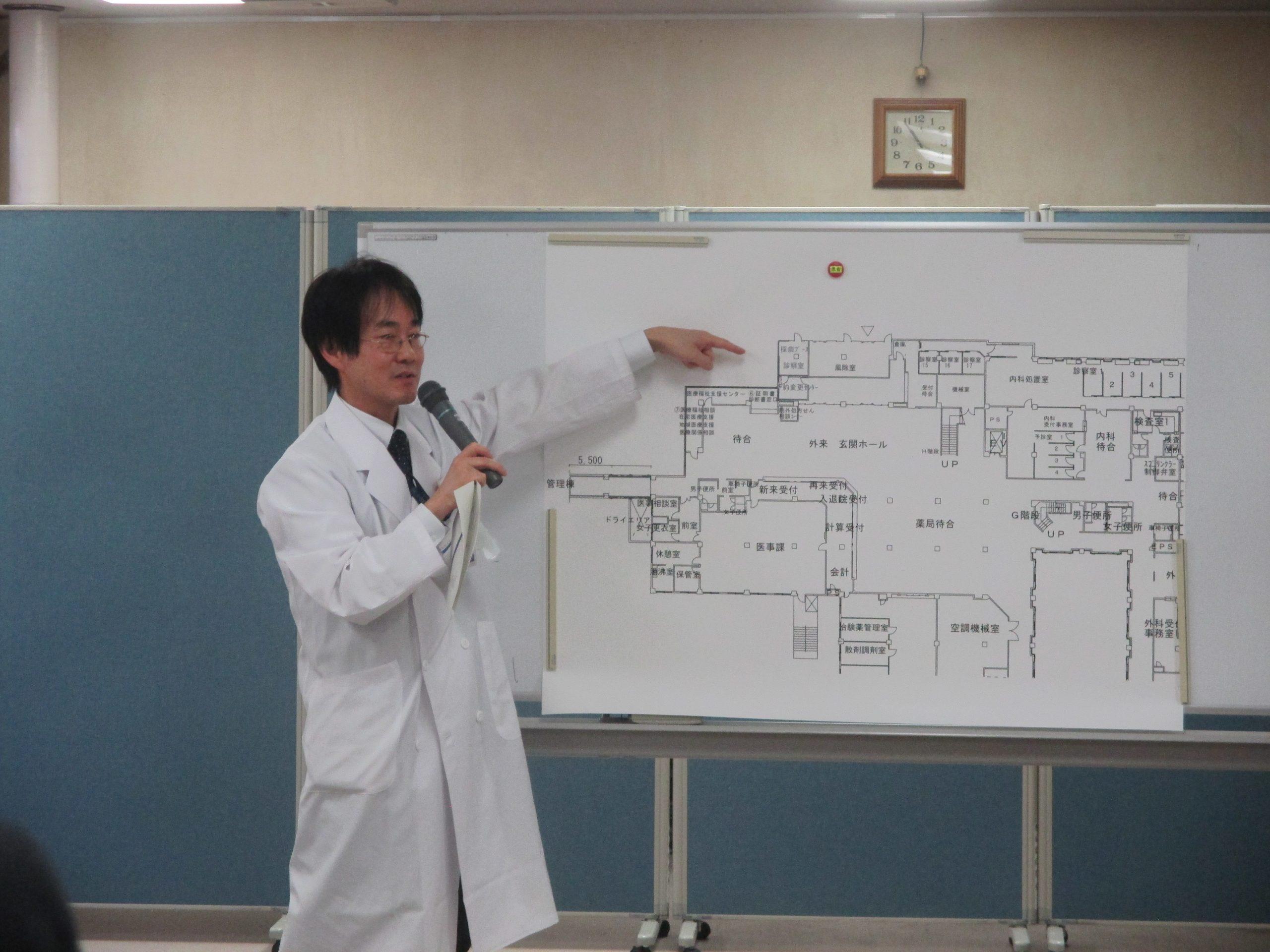 誘導経路を説明する井上副部長