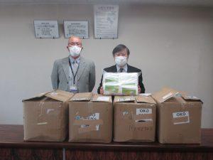 マスクを受け取った島田眞路学長(右)と 土屋医学域総務課長(左)