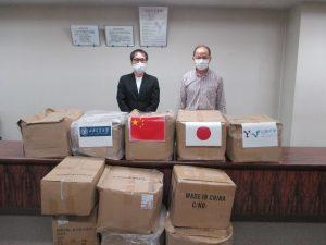 医療用品を受取った中尾医学部長(左)と範教授(右)【西安交通大学】