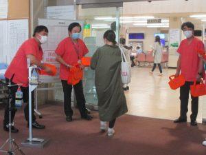 本取り組みは医療の質・安全管理部を中心に企画・実施しました (左から2番目:武田正之病院長)