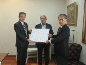 木田社長(中央)に感謝状を贈呈