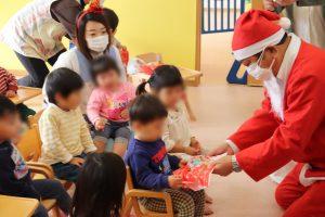 クリスマスプレゼントを受け取る園児