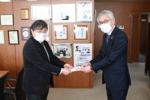 目録の授与(右)佐々木副会長 (左)島田学長