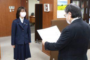 島田学長が滝本さんに感謝状を贈呈