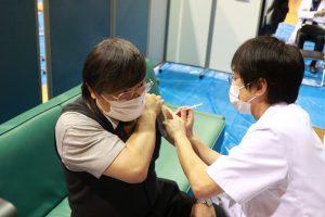 ワクチンの接種を受ける島田学長