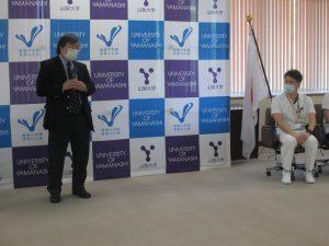 山本看護師(右)を激励する島田学長