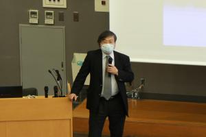 学生に講義する島田学長
