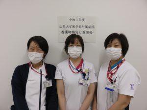 開講式の際の記念写真 左から永田明子看護師長(特定行為研修担当)、受講生の小久保恵理看護師、村松陽子看護部長