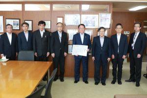 (中央)津金取締役会長に感謝状を贈呈